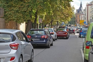 Die Blechkarawane schleppt sich täglich stundenlang mühsam über den Dr.-Friedrichs-Ring. Auf der Humboldtstraße sieht es ähnlich aus.