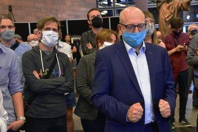 Sven Schulze in einem Moment der stillen Freude: Schon nach den ersten Zwischenergebnissen, die im Foyer der Stadthalle präsentiert wurden, lag der SPD-Mann vorn. Am 11. Oktober wird erneut gewählt.
