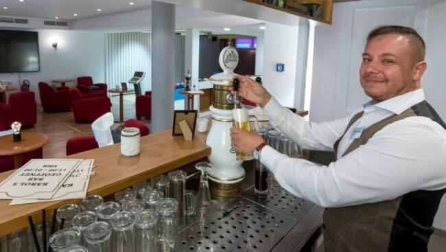 Hotelmanager Karol Balog in seiner neuen Bar. Die hat er im Keller des Hotels Drei-Brüder-Höhe eingerichtet. Auch zwei Bowlingbahnen stehen für Besucher und Gäste bereit.
