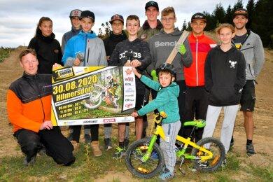 Trotz mancher Hürde ist die Vorfreude bei Christoph Seifert (vorn links) und seinen Schützlingen auf das Heimrennen in Hilmersdorf groß.
