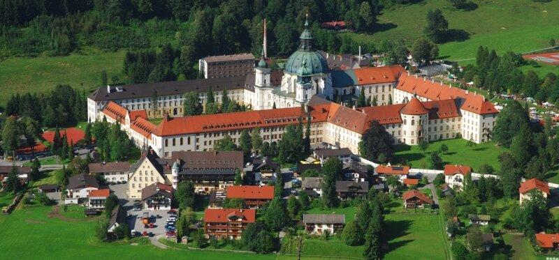 Die von Grün umgebene Klosteridylle der Benediktinerabtei Ettal bietet seit drei Jahren eine eindrucksvolle Kulisse für die Gartentage. Das Kloster Wechselburg kann bei diesen Standortfaktoren durchaus mithalten.