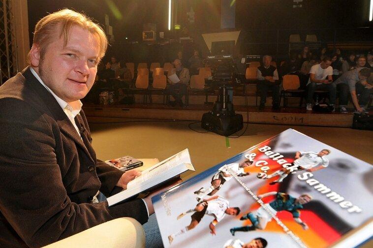 """Michael Peter stellte am Dienstag sein Fußball-Buch """"Ballack, Sammer & Co."""" an der Hochschule Mittweida vor."""