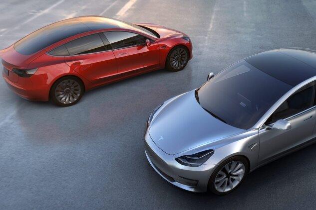 Mit dem Elektroauto Modell 3, das Ende 2017 auf den Markt kommen soll, will Tesla die Mittelklasse erobern. Mehr als 400.000 Vorbestellungen gibt es bereits. Deshalb denkt Tesla-Chef Elon Musk jetzt auch über eine Batteriezellenfabrik in Europa nach.