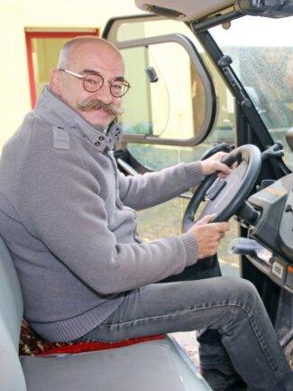 Tierparkdirektor Peter Heinrich am Steuer des Elektrolasters. Der Förderverein hat das umweltfreundliche Fahrzeug angeschafft.