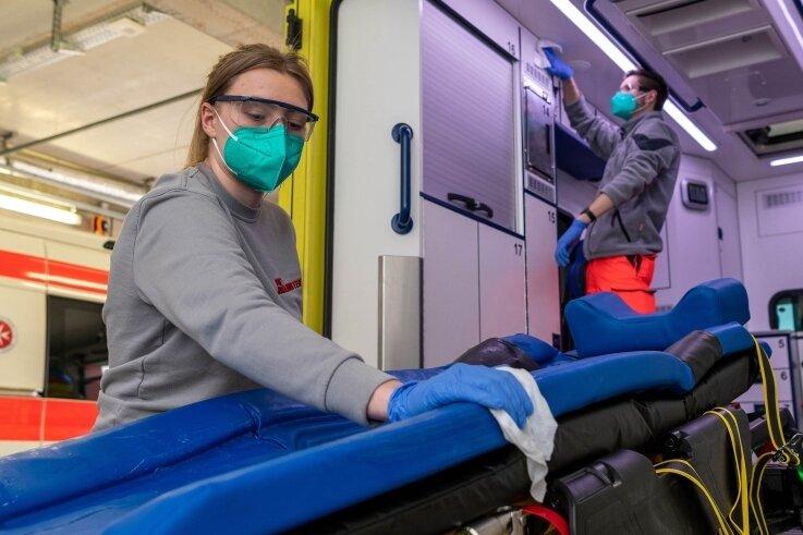In der Rettungswache Penig, die von der Johanniter Unfallhilfe betrieben wird, sind auch Notfallsanitäterin Elisabeth Wuttke und Rettungssanitäter Joshua Lüpke tätig. Zu ihren Aufgaben, wie im Bild, gehört die Routinedesinfektion eines Rettungswagens.