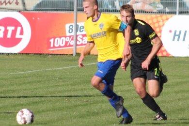 Paolo Süß (links) entwischt seinem Chemnitzer Gegenspieler Jonas Reinhardt. Süß hatte mit seinem Treffer zum 1:0 den Reichenbacher Torreigen im Spitzenspiel eröffnet.