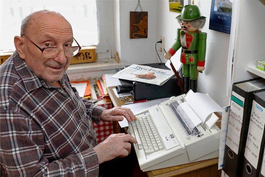 Gotthard Lang an der Schreibmaschine. Einen Computer hat er nicht, aber ein gutes Gedächtnis, viele Bücher, ein kleines Archiv sowie jede Menge Kontakte und Erinnerungen.