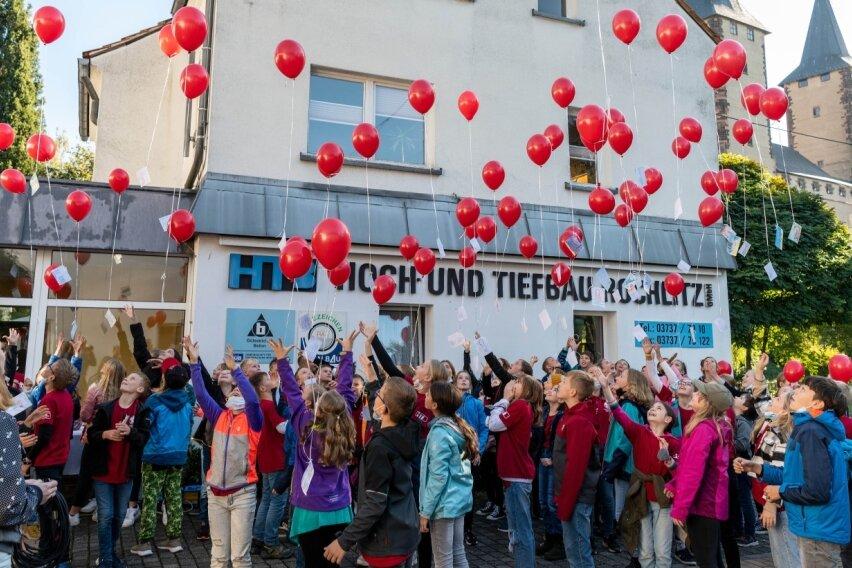 Gymnasiasten lassen Ballons steigen