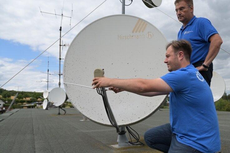 Geschäftsführer Frank Jungnickel (hinten) und Markus Jungnickel, technischer Leiter im Unternehmen, arbeiten mit Richtfunk, um im Schneeberger Ortsteil Lindenau schnelles Internet anbieten zu können.