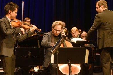 Das Moritzburg Festival Orchester spielte im König-Albert-Theater Bad Elster. Im Foto (von links): Kevin Zhu (USA), Jan Vogler (Dresden) und Dirigent Josep Caballé Domenech (Spanien).