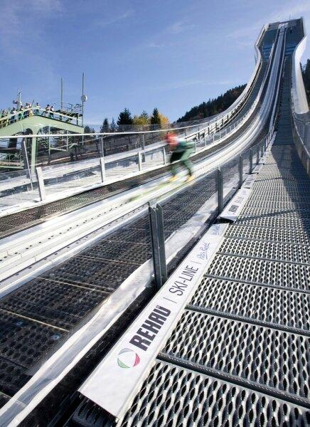 Skisprung-Ass Michael Uhrmann hat Riedels Anlaufspur auf der Olympiaschanze in Garmisch-Partenkirchen schon getestet.