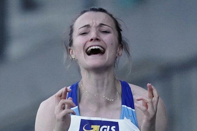 Maria Purtsa feierte ihren Goldsprung mit einem lauten Jubelschrei, enormen Freudensprüngen und echter Fingerakrobatik.
