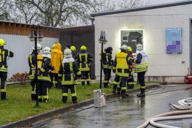 Rund 75 Feuerwehrleute rückten am Samstagmorgen nach Wildenau aus, wo es in der Halle einer Kfz-Werkstatt brannte.