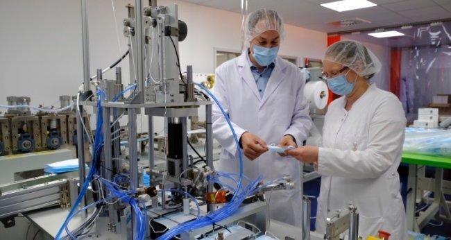 Firmenchef Timo Fischer mit Mitarbeiterin Nicole Lehnert in der OP-Masken-Produktion.