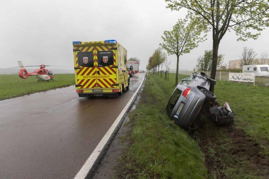Zum Männertag hat sich ein tragischer Verkehrsunfall mit drei Schwerverletzten auf der Straße von Freiberg in Richtung Halsbrücke ereignet.