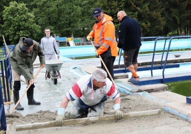 Beim Einbau des Betons erhielten die Vereinsmitglieder Hilfe von den Experten einer ortsansässigen Fachfirma.