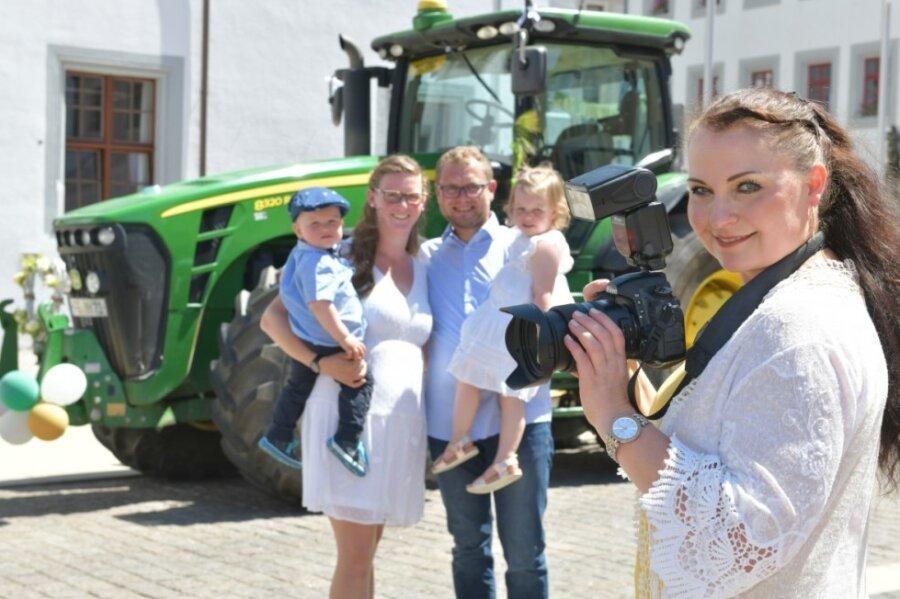 Hochzeitspaar wird auf dem Freiberger Obermarkt von Traktor empfangen
