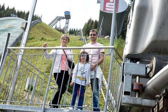 Ausflügler kommen natürlich auch aus der Region: Jens Schubert aus Plauen mit seiner Tochter und Mutter Elke.