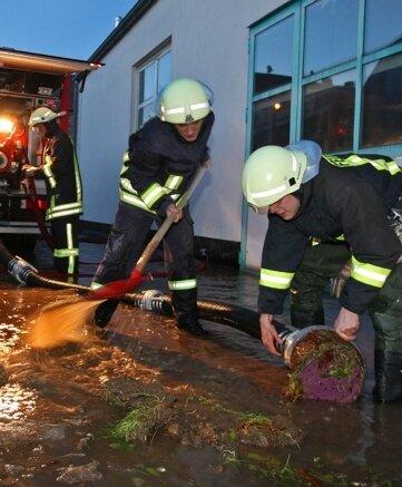 """<p class=""""artikelinhalt"""">Im Ortsteil Falken musste die Feuerwehr eine Produktionshalle auspumpen.</p>"""