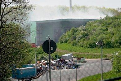 Am späten Samstagnachmittag brach das Feuer in der Deponie am Weißen Weg aus. Der Rauch war weithin zu sehen.