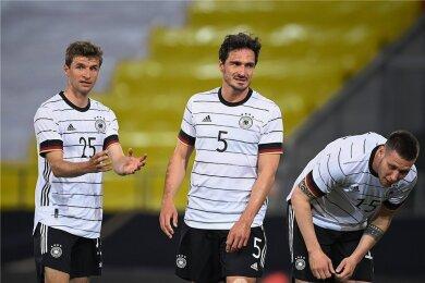 Thomas Müller (links) und Mats Hummels besprechen ein Problem.