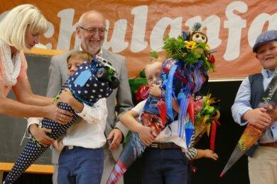 Anett Kretschy und Klaus Böhm, die als Klassenleiter der beiden ersten Klassen fungieren werden, lernten ihre neuen Schützlinge schon mal näher kennen und überreichten im Volkshaus die Zuckertüten.