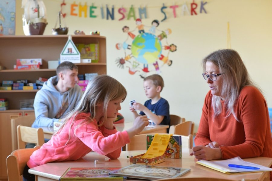 """Hort der Grundschule """"Karl Günzel"""" in Freiberg: In der Notbetreuung spielen Erzieherin Annett Töppner und Steve Göhzold mit Kim und Maddox aus der ersten Klasse."""