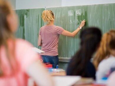Als Grund für die Aussage nannte der Angeklagte, dass die Lehrerin im Unterricht sehr streng sei.