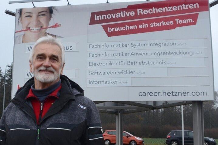 Die Firma Hetzner hat auf Anregung von Volkmar Ihle die nächtliche Beleuchtung dieser großen Werbetafel abgeschaltet. Ihle hofft, das weitere Unternehmen und Kommunen dem guten Beispiel folgen