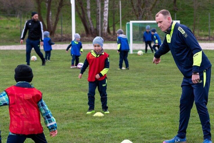Jonglierversuche mit Abstand: Die jüngsten Fußballer der SpG Göritzhain/ Lunzenau haben am Montagnachmittag ihr Training wieder aufgenommen. Trainer Sebastian Korb ließ sich einiges einfallen.