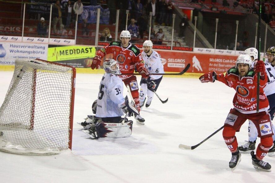 Luca Gläser (r.) brachte die Eispiraten Crimmitschau am Sonntag gegen die Kassel Huskies mit seinem Tor zum 2:1 auf die Siegerstraße.