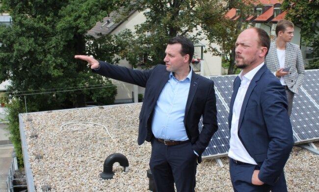 Der Ostbeauftragte der Bundesregierung, Marco Wanderwitz (vorn rechts), verschafft sich vom Dach der Firma M&S Umweltprojekt aus einen Überblick über die Umgestaltung der Elsteraue. Fraktionschef Jörg Schmidt (links) erläuterte ihm die städtischen Vorhaben.