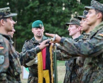 Die Soldaten werden auf die Verteidigung der freiheitlich demokratischen Grundordnung eingeschworen.
