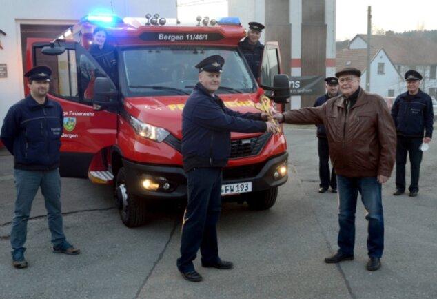 Der stellvertretende Bergener Wehrleiter Sebastian Ebert (2. von links) bekommt den Schlüssel für das neue Löschfahrzeug von Bürgermeister Günter Ackermann (Freie Wähler) überreicht.