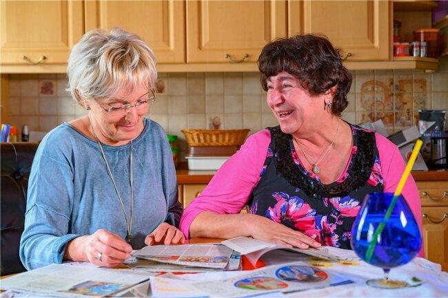 Redakteurin Beate Kindt-Matuschek blickt gemeinsam mit Manuela Seidel auf die Zeitungsberichte und die Hilfsaktion zurück.