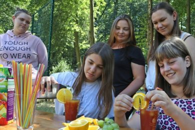 Die meisten der jungen Gäste halten sich im Freien auf: Beim Mixen von Cocktails an der frischen Luft haben Laura (r.) und Pia-Marie ihre Freude.