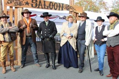 Stilecht gekleidet: Gäste und Akteure der Wild-West-Tage präsentieren sich vor dem Saloon.