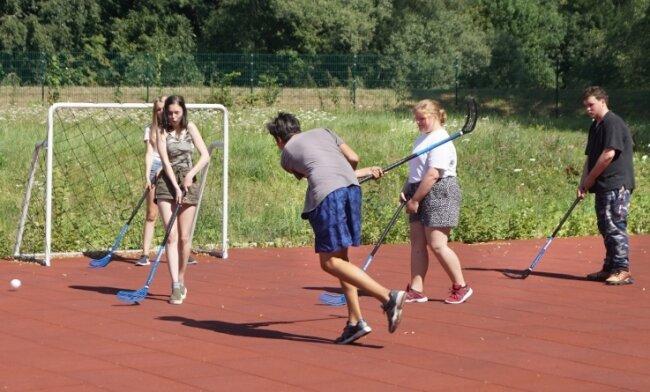 Uni-Hockey kommt zur Eröffnung des Muldeparks bei den Jugendlichen auf Anhieb gut an.