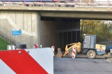 Auf die abgefräste Straße zwischen Hirschfeld und Deutschenbora in Höhe Autobahnbrücke kann jetzt eine Asphaltdecke aufgezogen werden.