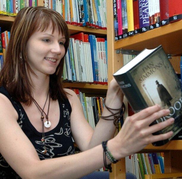 Michaela Köhn sortiert in der Rochlitzer Bibliothek wieder zurück gebrachte Bücher ein.