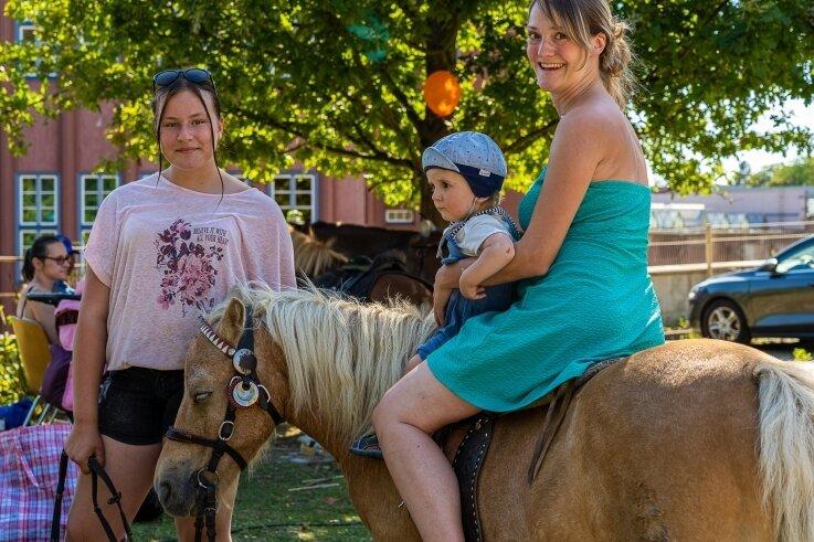 Dem einjährigen Florin hat der Platz auf dem Pony sehr gut gefallen. Mama Andrea Palade aus Reichenbach hatte alles im Griff. Die zwölfjährige Kendra führte das Pony am Zügel.