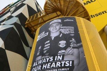 Zum Gedenken an Jason Dupasquier wurde dieses Plakat am ADAC-Turm angebracht.