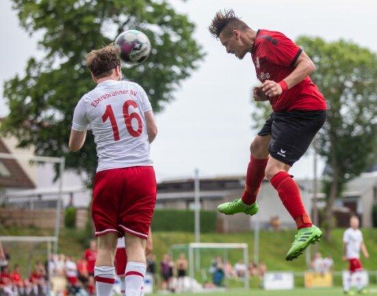 In diesem Kopfball setzte sich der Heinrichsorter Michael Simon (r.) gegen Markus Janz vom Ebersbrunner SV durch.