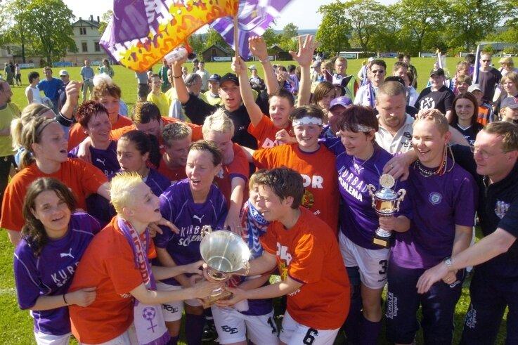 Pfingstsonntag 2004: An jenem 30. Mai sicherten sich die Fußballerinnen des FC Erzgebirge Aue den Landesmeistertitel. Im Finale in Scheibenberg bezwangen sie den VfB Leipzig mit 1:0. Nur eine Woche zuvor waren die Veilchen-Frauen in die 2. Bundesliga aufgestiegen.