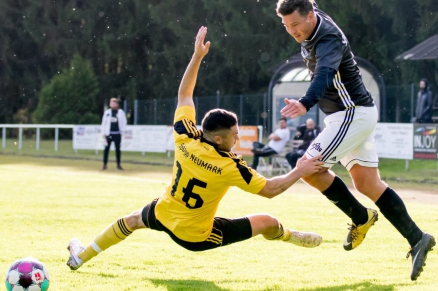Der Neumarker Tobias Scholz wirft sich in dieser Szene dem Syrauer Florian Köttnitz entgegen. Mit dem hatten die Neumarker so ihre Schwierigkeiten. Zwei der sieben Tore des SC gehen auf sein Konto.