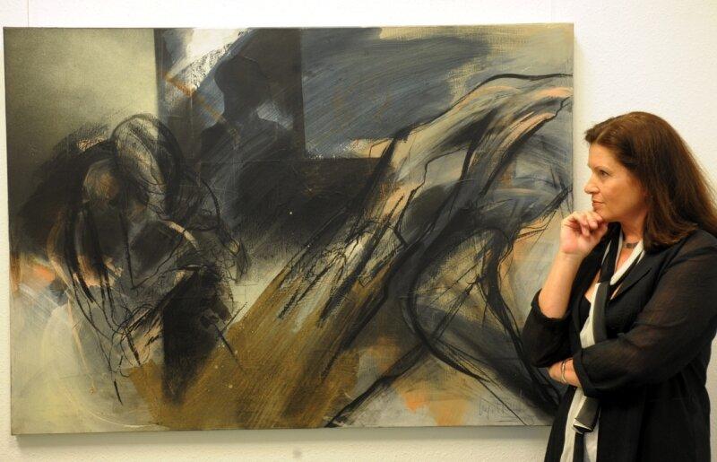 """<p class=""""artikelinhalt"""">Regina Franke im Art Forum Burgstädt neben ihrer Arbeit """" Wenn wir uns nicht wieder sehen"""". </p>"""