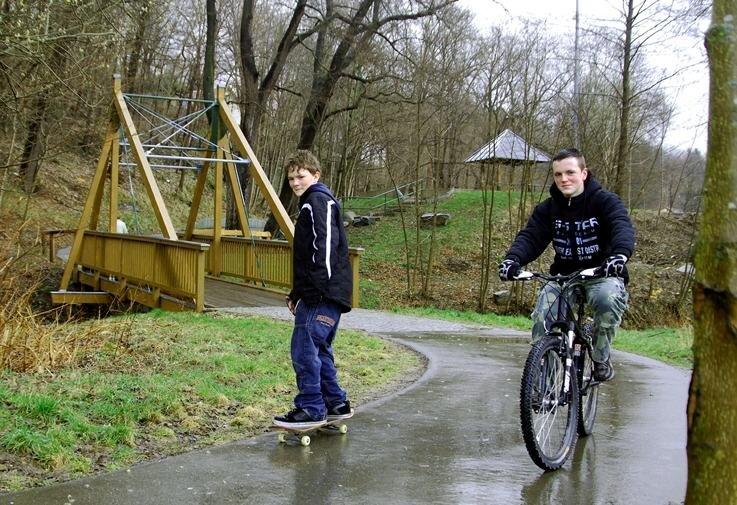 """<p class=""""artikelinhalt"""">Die fehlende Brücke am Festplatz """"Hockels Mühle"""" hatte lange Zeit den Radweg zwischen Auerbach und Rodewisch blockiert. Jetzt können auch Felix Witt (links) und Kevin Podewils hier entlangrollen.</p>"""