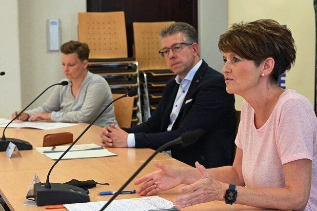 Cornelia Utech, die Leiterin des Sozialamtes (vorn), Bürgermeister Ralph Burghart und Janette Füseler vom Stadtsportbund.