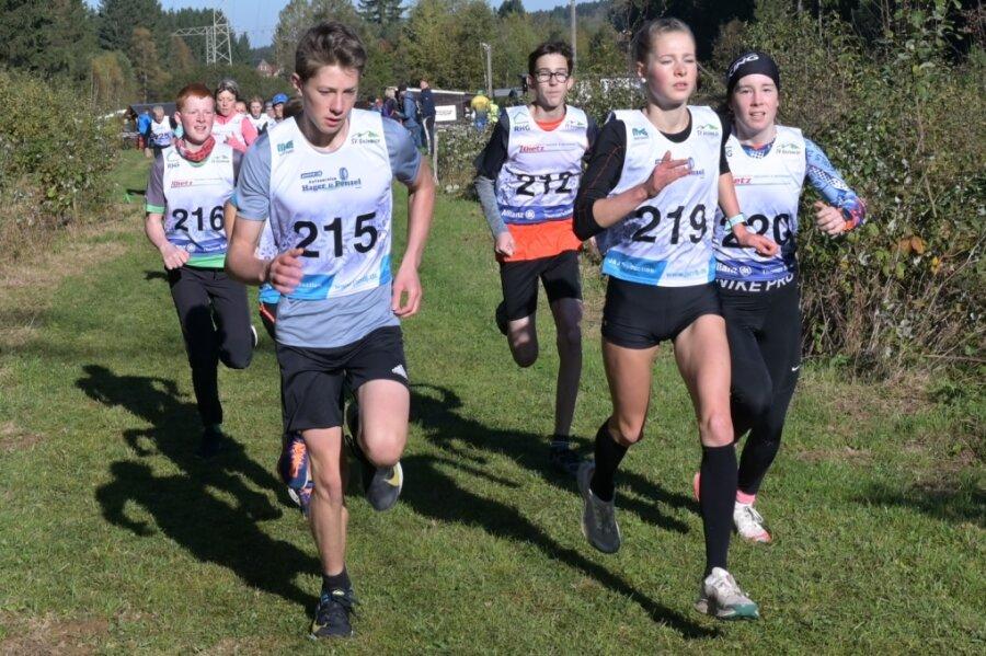 Beim Start über die 5-Kilometer-Distanz war die spätere Gesamtsiegerin in der weiblichen Konkurrenz Charlotte Böhme vom SV Stützengrün (vorn 2. von rechts) schon an der Spitze.
