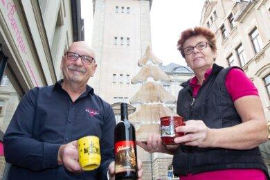 """Der Plauener Weinhändler Fritz Mandel und Ute Bruhn vom """"Barrique"""" bedauern die Absage des Weihnachtsmarktes. Beide hoffen, dass die Vogtländer dennoch in die Innenstadt zum Einkauf kommen werden."""
